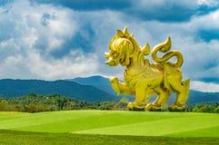 El Singha Logo Statue Located en la entrada del parque de Singha, Chiangrai imagen de archivo libre de regalías