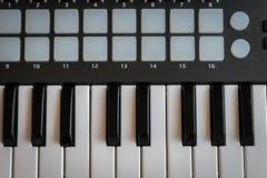 El sintetizador del teclado de MIDI cierra el primer para la música electrónica Imagen de archivo libre de regalías