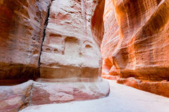 El Siq - garganta estrecha al Petra antiguo de la ciudad Fotos de archivo
