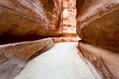 El Siq - garganta estrecha al Petra antiguo de la ciudad Foto de archivo libre de regalías