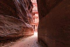 El Siq que lleva al Trausury en Petra, Jordania fotos de archivo libres de regalías