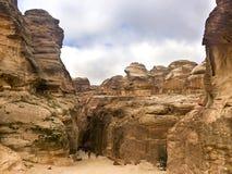 El Siq, el ranura-barranco estrecho que sirve como el paso de la entrada a la ciudad ocultada del Petra Imagenes de archivo