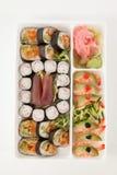 El sistema clasificado del sushi sirvió con los palillos en la caja blanca Fotos de archivo libres de regalías