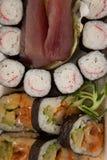 El sistema clasificado del sushi sirvió en la caja blanca contra el fondo blanco Imagenes de archivo