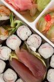 El sistema clasificado del sushi sirvió en la caja blanca contra el fondo blanco Fotos de archivo libres de regalías