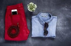 El sistema de accesorios forma la ropa considerada desde arriba, visión superior Fotografía de archivo libre de regalías