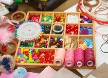 El sistema de accesorios y de joyería al bordado, accesorios de costura visión superior, lugar de trabajo de la costurera, muchos Imagen de archivo libre de regalías