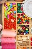 El sistema de accesorios y de joyería al bordado, mercería, accesorios de costura visión superior, lugar de trabajo de la costure Imagen de archivo