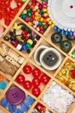 El sistema de accesorios y de joyería al bordado, mercería, accesorios de costura visión superior, lugar de trabajo de la costure Imágenes de archivo libres de regalías