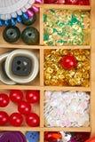 El sistema de accesorios y de joyería al bordado, mercería, accesorios de costura visión superior, lugar de trabajo de la costure Imagenes de archivo