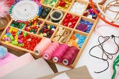 El sistema de accesorios y de joyería al bordado, mercería, accesorios de costura visión superior, lugar de trabajo de la costure Foto de archivo libre de regalías
