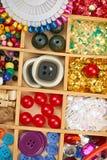 El sistema de accesorios y de joyería al bordado, mercería, accesorios de costura visión superior, lugar de trabajo de la costure Foto de archivo