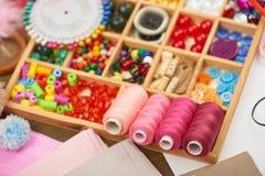 El sistema de accesorios y de joyería al bordado, mercería, accesorios de costura visión superior, lugar de trabajo de la costure Fotografía de archivo libre de regalías