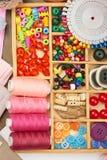 El sistema de accesorios y de joyería al bordado, mercería, accesorios de costura visión superior, lugar de trabajo de la costure Imagen de archivo libre de regalías