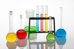 El sistema de Chemisty con cristalería de laboratorio llenó de diverso colou Imagen de archivo