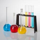 El sistema de Chemisty, con los tubos de ensayo, y los cubiletes llenó de coloreado Imagen de archivo libre de regalías
