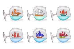 El sistema de color envía con las velas en vidrios Recuerdos con el velero aislado en el fondo blanco para el viaje, turismo, age Imágenes de archivo libres de regalías