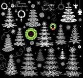 El sistema de copos de nieve del papel de Navidad, las coníferas y la ejecución enrruellan Fotografía de archivo