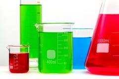 El sistema de cristal del laboratorio llenado de las sustancias brillantes coloridas se cierra para arriba fotografía de archivo libre de regalías