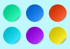 El sistema de etiquetas engomadas redondas multicoloras izolated en un fondo ilustración del vector