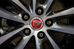 El sistema de frenos delantero de un coche ejecutivo compacto Jaguar XE 20D (desde 2015) Imagenes de archivo