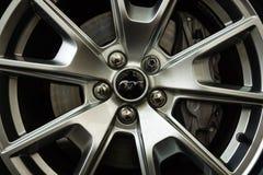 El sistema de frenos delantero de una edición del aniversario de Ford Mustang 50.o del coche de potro Imágenes de archivo libres de regalías