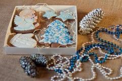 El sistema de galletas de la miel del pan de jengibre en la forma del ángel, árbol de pino, manopla de la Navidad, protagoniza en Foto de archivo libre de regalías