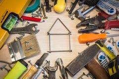 El sistema de herramientas de la construcción, las herramientas miente alrededor, centro libre, herramientas eléctricas de la com Fotografía de archivo libre de regalías