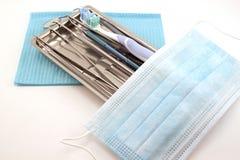 El sistema de herramientas dentales y el accesorio para los dientes cuidan en la bandeja Fotos de archivo libres de regalías