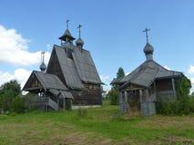El sistema de iglesias de madera de karelians en Midland de Rusia imagen de archivo libre de regalías