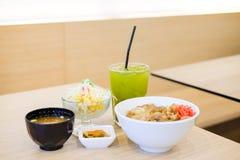 El sistema de la comida consiste en el arroz con el teriyaki asado a la parrilla del cerdo, primavera Imágenes de archivo libres de regalías