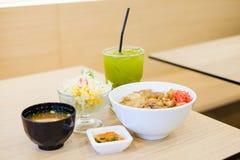 El sistema de la comida consiste en el arroz con el teriyaki asado a la parrilla del cerdo, primavera Fotos de archivo