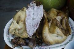 El sistema de la comida y la fruta del ofrecimiento sacrificatorio para ruegan a dios y a m Fotos de archivo