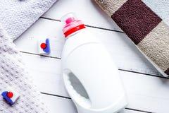El sistema de la economía doméstica con las toallas y las botellas plásticas en lavadero rematan foto de archivo