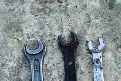 El sistema de la herramienta industrial práctica de la llave vendió llaves en una herramienta práctica del taller mecánico Imágenes de archivo libres de regalías