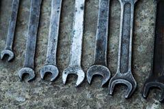 El sistema de la herramienta industrial práctica de la llave vendió llaves en una herramienta práctica del taller mecánico Foto de archivo libre de regalías