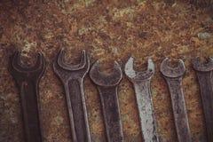 El sistema de la herramienta industrial práctica de la llave vendió llaves en una herramienta práctica del taller mecánico Imagen de archivo libre de regalías