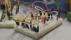 El sistema de la ingeniería de radio con los cables y el relámpago conectados encendido, afición clasifica almacen de metraje de vídeo