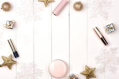 El sistema de la Navidad compone productos de los cosméticos Endecha plana imagen de archivo libre de regalías