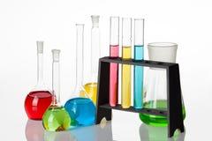 El sistema de la química con los tubos de ensayo y los cubiletes llenó de multicolo Fotografía de archivo libre de regalías