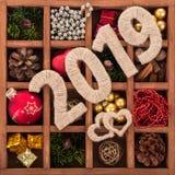El sistema de las decoraciones de la Navidad, recuerdos, especias en célula de madera remata los números 2019 Fotos de archivo libres de regalías