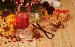 El sistema de las especias para la Navidad reflexionó sobre el vino, las galletas y las frutas, encendido Imagen de archivo libre de regalías