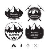 El sistema de logotipos y de insignias del vintage en el tema de la montaña se aventura Imagen de archivo libre de regalías