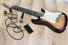 El sistema de música se opone efecto sonoro del micrófono con la guitarra eléctrica del resplandor solar Foto de archivo