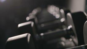 El sistema de pesas de gimnasia de diferente sizen almacen de metraje de vídeo