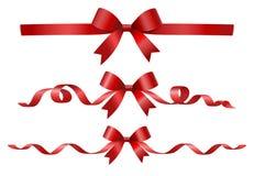 El sistema de rojo hermoso decorativo arquea con las cintas horizontales aisladas en blanco Imagen de archivo libre de regalías