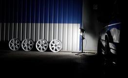 El sistema de sportcar de encargo blanco rueda adentro el taller del coche en las fotos de la acción de la noche Imagenes de archivo