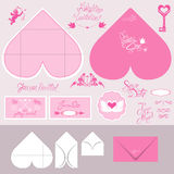 El sistema de tarjetas de la invitación de la boda y los sobres en corazón forman Fotos de archivo libres de regalías