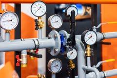 El sistema de tubería se equipa de los indicadores de presión y de las vávulas de bola Fotos de archivo