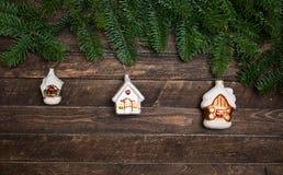 El sistema de viejo vintage juega las casas para adornar el árbol de navidad encendido Fotografía de archivo libre de regalías